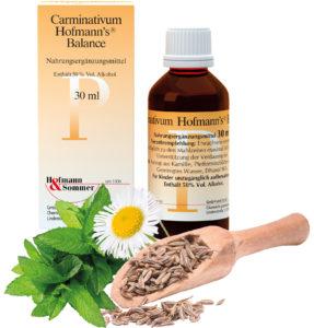 Carminativum Hofmann's® Balance und seine Inhaltsstoffe in einem Arragement.